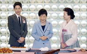 Song Joong Ki được Tổng thống Hàn khen hết lời, lọt top 8 ngôi sao hoàn hảo nhất xứ Hàn