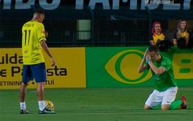 Đối thủ quỳ lạy, chắp tay cầu xin Neymar ngừng lừa bóng