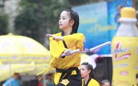 Hot girl Taekwondo Châu Tuyết Vân và 200 võ sinh khuấy động trước nhà hát thành phố