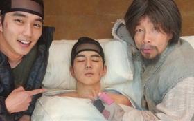 """""""Quân Chủ"""" có biến gì mà Yoo Seung Ho cười toe """"khoe"""" tượng sáp hệt mình thế này?"""