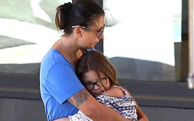 Vợ Chester (Linkin Park) xuất hiện đau buồn trên phố sau khi chồng tự tử