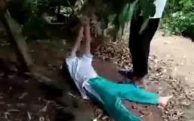 Bé trai 10 tuổi bị bác trói tay treo lên cành cây gây phẫn nộ