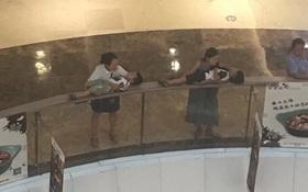 Shopping chán chê, 2 bà mẹ trẻ hồn nhiên đặt con nhỏ đang say ngủ lên lan can trung tâm thương mại để nghỉ ngơi