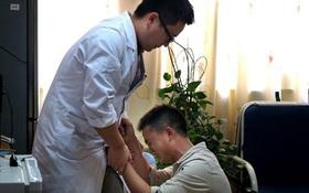Không có tiền chữa bệnh, ông bố trẻ bật khóc quỳ gối xin bác sĩ điều trị cho con trai mình