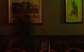 Nhà ngoại cảm chụp được bóng đen của phụ nữ lướt vội trong quán rượu cổ không người