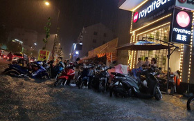 Đường phố Sài Gòn ngập lênh láng sau cơn mưa lớn đêm Trung thu, nhiều phương tiện chết máy giữa biển nước