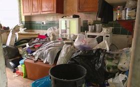 """Sống hơn 30 năm cùng 7 tấn rác, """"ông vua rác"""" kinh ngạc khi thấy căn phòng mình được dọn sạch sẽ"""