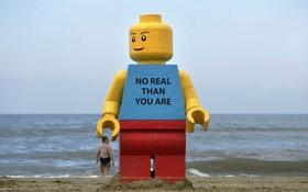Đi tìm lời giải cho bí ẩn những bức tượng Lego khổng lồ dạt biển