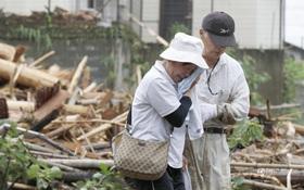 Mưa bão kinh hoàng, người Nhật khóc ròng vì nhà cửa, ruộng vườn bị lũ cuốn trôi