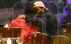Selena Gomez chính thức khoe bạn trai mới trên Instagram và hôn nhau giữa nhà hàng