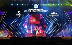 Bích Phương, Đông Hùng bùng nổ với phong cách rock tại Lễ hội Chào Năm Mới 2017 ở Cần Thơ