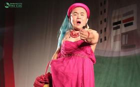 Xuân Hinh khiến khán giả bất giờ với màn biến hóa trên sân khấu