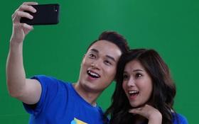Fung La và Hoàng Yến Chibi hướng dẫn Trúc Nhân chụp hình selfie