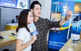 Giới trẻ đổ xô đi mua điện thoại Samsung J7 giảm giá hơn 60% tại cửa hàng MobiFone