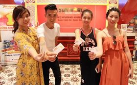 Khách hàng bất ngờ khi trúng thưởng iPhone 7plus đỏ tại Sun World Halong Complex