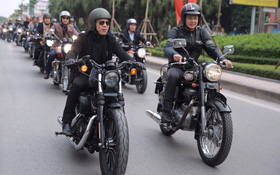 Một lần nữa, MC Anh Tuấn lại gây xúc động khi chạy chiếc xe của Trần Lập dẫn đoàn diễu hành trên phố