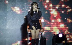 Clip: Eunji (A Pink) không thể nhảy, phải ngồi ghế biểu diễn sau chấn thương trong đêm diễn đầu tiên ở Việt Nam