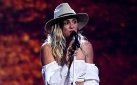 Miley rơm rớm nước mắt hát về Liam trên sân khấu Billboard Music Awards 2017