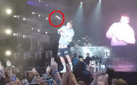 Tức giận vì Justin từ chối hát hit đang No.1 Hot 100, fan ném đồ vào đầu nam ca sỹ