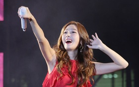 Không dùng mic chương trình, Jessica mang theo chiếc mic ruột 1,3 tỷ đồng đến Việt Nam biễu diễn