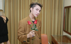 Khoảnh khắc đáng yêu của Sơn Tùng M-TP trong hậu trường đêm diễn tại Hà Nội