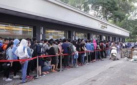 """Giới trẻ Sài Gòn xếp hàng """"dài cả cây số"""" săn sneakers sale"""