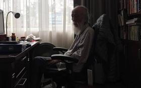 Thầy Văn Như Cương xuất viện, về thăm trường Lương Thế Vinh trong vòng tay học sinh