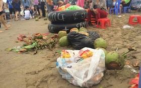Chùm ảnh: Quá tải du khách, biển Sầm Sơn ngập rác ra sát tận mặt nước