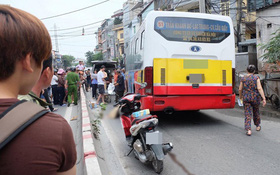 Hà Nội: Văng sang làn đường ngược chiều sau khi đâm vào dải phân cách cứng, nam thanh niên bị xe buýt cán tử vong