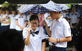Gặp gỡ nam - nữ sinh trong bức ảnh che mưa ngày bế giảng gây sốt