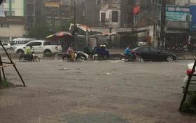 Sáng nay Hà Nội mưa to kèm sấm chớp kinh hoàng, ai mà dám ra đường!