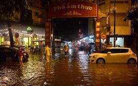 Hà Nội: Mưa lớn bất ngờ dội xuống, phố ẩm thực Tống Duy Tân ngập nặng