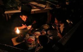 Hai ngày sau khi cơn bão số 12 đi qua, người dân Khánh Hòa vẫn chật vật sống trong bóng đêm vì mất điện