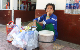 """Người bán hàng rong ở quận 1 băn khoăn trước thông tin """"dời"""" gánh hàng lên Facebook"""