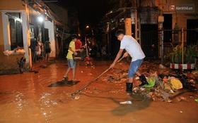 Người dân Hội An trắng đêm lau dọn hàng hóa, nhà cửa khi nước lũ vừa rút
