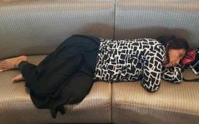 Bức ảnh giấc ngủ vội ở sân bay khiến người ta càng thêm yêu mến nữ Bộ trưởng Indonesia