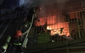 Cháy nhà dân trong ngõ nhỏ ở phố Vọng, chiến sĩ PCCC phá cửa cứu người trong đêm