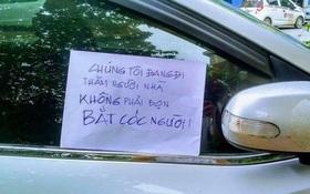 """Mảnh giấy """"Chúng tôi không phải bọn bắt cóc"""" dán trên ô tô: Nỗi sợ trở thành nạn nhân của đám đông hung hãn?"""