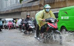 Người dân từ các tỉnh đổ về Thủ đô chật vật di chuyển trong mưa lớn sau kì nghỉ lễ kéo dài