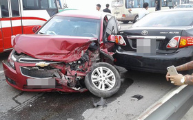 Hà Nội: Xe ô tô lấn làn gây tai nạn liên hoàn trên cầu Thăng Long