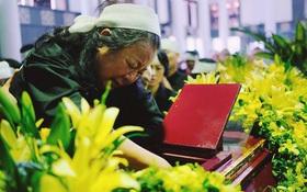 Hình ảnh khiến ai cũng rơi nước mắt: Vợ thầy Văn Như Cương ngồi khóc bên linh cữu, không thể đứng vững khi cử hành tang lễ