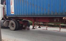 TP.HCM: Thi thể nam thanh niên kẹt chặt dưới gầm xe container sau va chạm kinh hoàng