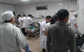 Sập giàn giáo tại bến xe Vinh, 10 công nhân nhập viện khẩn cấp