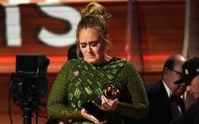 Adele khóc khi nhận giải vì cảm thấy Beyoncé mới là người xứng đáng