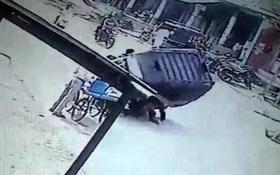"""Ấn Độ: Bé gái thoát chết sau khi bị xe ba gác """"đè nghiến"""" lên người"""
