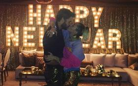 """Nhân năm mới, Miley và Liam lại cho fan ăn bánh """"GATO"""" với nụ hôn ngọt ngào"""