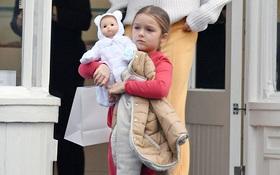 Harper Beckham thắt tóc bím đáng yêu, ôm búp bê đi mua sắm cùng mẹ