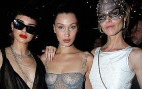 Hậu thất tình, Bella Hadid để lộ trọn vòng 1 trước hàng trăm con mắt ở đêm tiệc