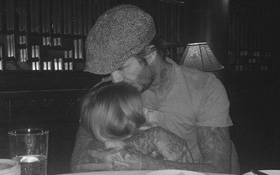 David Beckham ôm bé Harper trìu mến, cố gỡ gạc hình ảnh sau scandal?