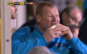 """Thủ môn """"siêu bự"""" hồn nhiên ăn bánh giữa trận gặp Arsenal"""